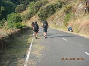 Peregrinos along the narrow road