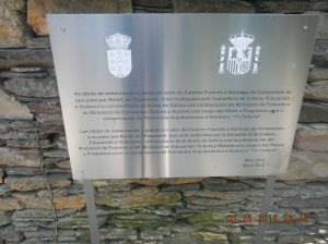 Plaque praising the architectural restorations in the village of Ramil and town of Triacastela that were sponsored by the Ministry of Culture.